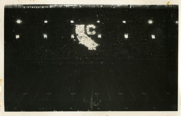 Crowd creates California map during football game
