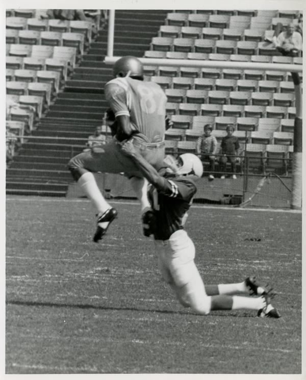 UCLA flankerback Reggie Echols takes a hook pass during a football game, September 18, 1971