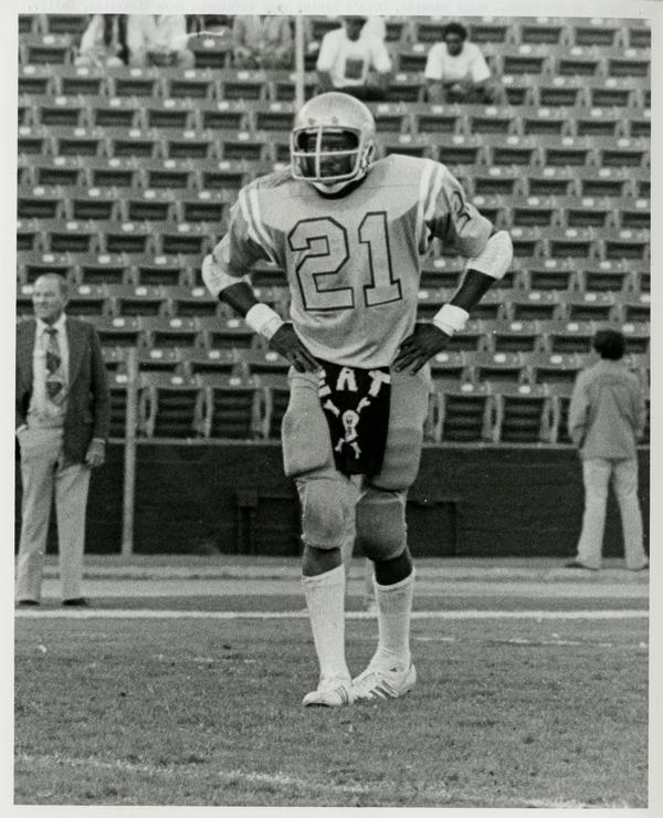 UCLA safetyman Oscar Edwards with his signature towel during practice, 1976