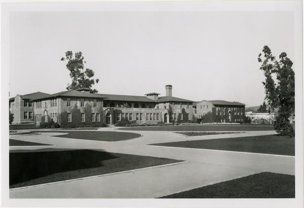 Looking towards Science Hall across the quad of the Vermont Ave campus