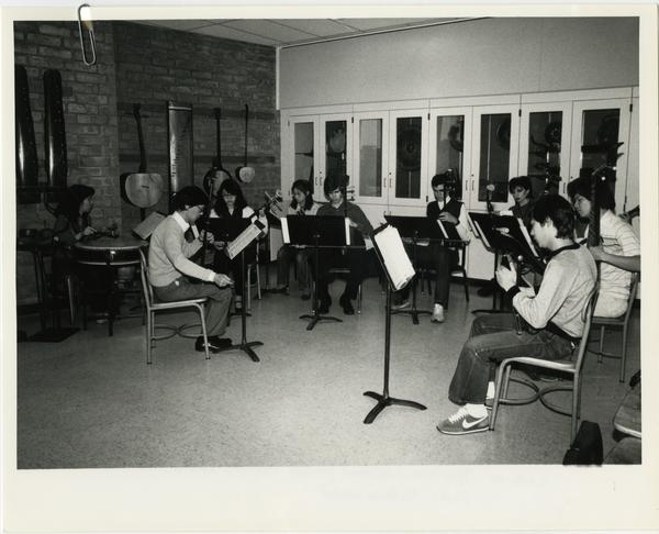 Lecturer Tsun Yuen (second from left) conducting class in Chinese music
